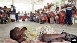 Warga di Mozambique antri untuk diperiksa apakah terjangkit penyakit Malaria di salah satu klinik setempat (foto: dok).