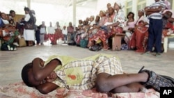 말라리아 감염여부 검사를 받으러 온 아프리카 모잠비크의 한 마을 주민들. (자료사진)