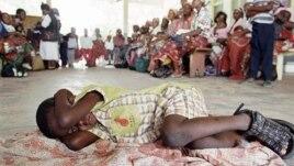 Menino espera ser testado para a malaria, em Manica, Mocambique.
