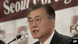 Moon Jae-in, ketua Partai Demokrat, partai oposisi terkemuka Korea Selatan dalam konferensi Pers di Seoul, Korea Selatan, 15 Desember 2016. (AP Photo/Ahn Young-joon)