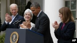 Predsednik Barak Obama i potpredsednik SAD Džo Bajden sa odlazećom sekretarkom Ketlin Sibelijus i kandidatom za njenog naslednika Silvijom Ketjuz Burvel