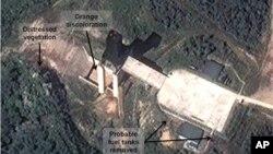 Gambar satelit ini dirilis oleh DigitalGlobe dan 38North tertanggal 17 September 2012, yang menunjukkan aktifitas di pusat peluncuran roket Sohae di Korea Utara (Foto: dok).
