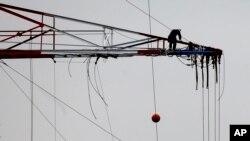 德國工人在電網上高空作業(資料照片)