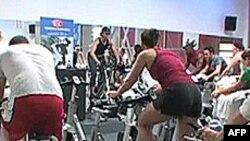 Năng lượng do người tập thể dục phát ra được chuyển thành điện năng