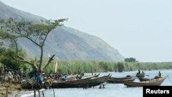 Des pêcheurs sur le lac Albert, près du village de Kafe, en RDC, le 1 mars 2005.