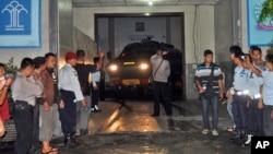 Polisi mengarahkan kendaraan lapis baja yang memimpin konvoi kendaraan yang diyakini membawa Mary Jane Veloso, perempuan Filipina terpidana hukuman mati, dari penjara di Yogyakarta ke Nusakambangan (24/4). (AP/Slamet Riyadi)