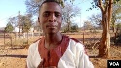 Umculi uSikhutshiwe Dube, ocula leqembu elizibiza ngokuthi yi-Insiza Express Band laseFilabusi