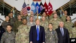 도널드 트럼프 미국 대통령이 렉스 틸러슨 국무장관, 빈스 브룩스 주한미군사령관과 함께 지난해 11월 한국 평택의 캠프험프리스 미8군 사령부를 방문하고 미한 지휘관들과 기념촬영을 했다.