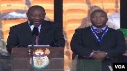 Intérprete de linguagem gestual do Memorial em homenagem a Mandela, Thamsanqa Jantjie