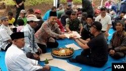 Kenduri Alas dengan menghadirkan Tumpeng dan makanan berupa umbi-umbian, yang dimakan bersama warga Tengger yang hadir (Foto: VOA/Petrus).