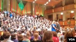 """Orkestra Handel Messiah saat tampil di pusat seni ternama di Washington DC, """"Kennedy Center""""."""