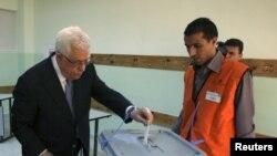 Tổng thống Palestine Mahmoud Abbas bỏ phiếu tại phòng phiếu ở Al-Bireh, kế thành phố Ramallah ở Vùng Bờ Tây, ngày 20/10/2012.