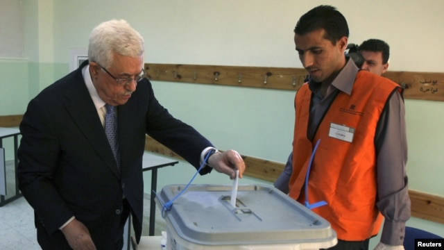 Palestinian President Mahmoud Abbas casts his vote for municipal elections at a polling station in Al-Bireh, next to the West Bank city of Ramallah, October 20, 2012.