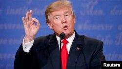 Umukandida Donald Trump, w'aba Republikani, mu kiganiro ca nyuma c'impari, mw'ihiganwa ry'Umukuru w'Igihugu ca Amerika