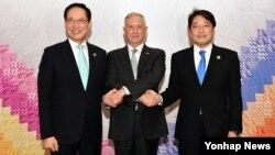 송영무 한국 국방장관(왼쪽부터)과 짐 매티스 미국 국방장관, 오노데라 이쓰노리 일본 방위상이 23일 (현지시간) 필리핀 클라크 아세안 컨벤션 센터에서 열린 미·한·일 국방장관 회담에서 악수를 하고 있다.
