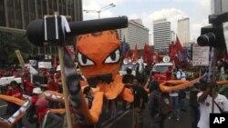 Para pekerja Indonesia membawa 'gurita' sebagai lambang keserakahan kelompok kapitalis, dalam demo Hari Buruh di Jakarta (1/5).