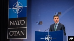 Tổng thư ký Liên minh NATO Anders Fogh Rasmussen nói chuyện tại một cuộc họp báo
