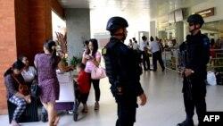 Lực lượng Cảnh sát đặc biệt Indonesia canh gác tại sân bay Ngurah Rai ở Denpasar trên hòn đảo nghỉ mát Bali, tháng 1 năm 2016.