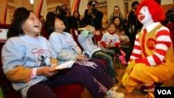 """Aunque el payaso goza de popularidad mundial, esta foto es en China, en su tierra de origen quieren su """"cabeza""""."""