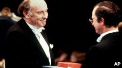 Иосифу Бродскому вручают Нобелевскую премию