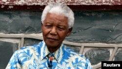 Nelson Mandela sering mengenakan baju bermotif batik dalam berbagi peristiwa (foto: dok).