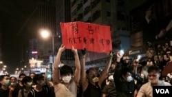 旺角佔領人士10月18日凌晨高舉諷刺警察的標語 (美國之音 湯惠芸拍攝)