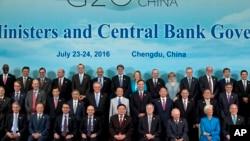 Para pejabat keuangan negara-negara G-20 berpose bersama pada hari terakhir KTT di Chengdu, China, Minggu (24/7).