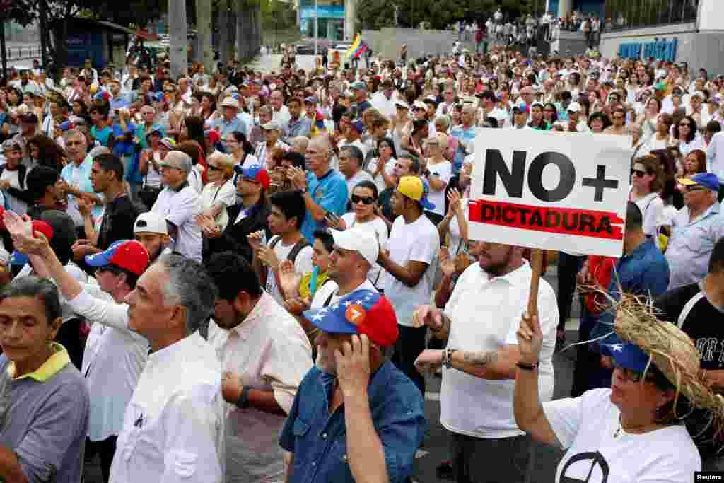 Milhares de pessoas da oposição marcham até à Provedoria de Justiça para exigir eleições imediatas.