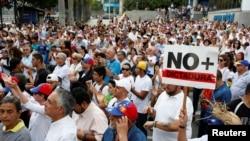 Des manifestants de l'opposition se sont réunis contre le président Nicolas Maduro, à Caracas, au Venezuela, le 15 avril 2017.