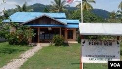 Klinik ASRI dengan latar belakang Taman Nasional Gunung Palung di Kalimantan Barat (18/8).