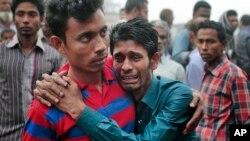 Thân nhân thanh khóc trong khi nhân viên cứu hộ tìm kiếm nạn nhân vụ chìm phà trên sông Padma, Bangladesh, ngày 23/2/2015.