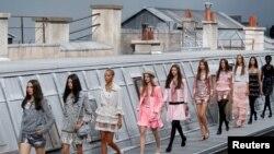 Arxiv fotosu - Parisdə Chanel evinin yaz/yay mövsümü üçün kolleksiyası nümayiş etdirilir, oktyabr, 2019.