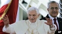 教皇本笃在贝鲁特向欢迎人群挥手致意