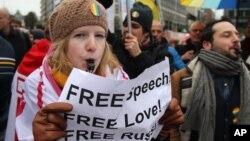 Một nhà hoạt động vì quyền của người đồng tính thổi còi tại một cuộc biểu tình tại quảng trường cạnh Viện Châu Âu ở Brussels, 27/1/2014