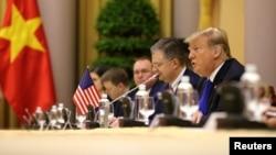 پرزیدنت ترامپ روز چهارشنبه را با دیدار به مقام های ویتنام آغاز کرد.