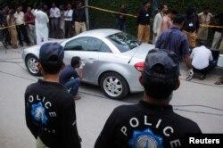 پولیس اہل کار اس کار کا معائنہ کر رہے ہیں جس سے شہباز تاثیر کو زبردستی اغوا کیا گیا تھا۔ اگست 2011