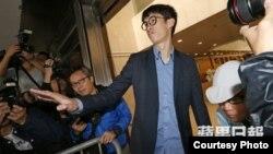 青年新政梁颂恒周四上午抵达高等法院聆讯(苹果日报图片)