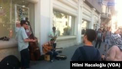 İstanbul'da sokak konseri veren bir grup
