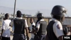 Beberapa polisi mengawasi aksi demonstrasi di ibukota Haiti, Port-au-Prince (foto: dok).