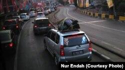 Antrian kendaraan memasuki Pelabuhan Penyeberangan Merak, Banten menuju Bakauheni, Lampung, Rabu 13 Juni 2018. (Foto: Nur Endah)