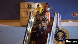 Shugaba Obama da iyalinsa lokacin da ya sauka filin jirgin saman Dakar na kasar Senegal jiya Laraba