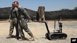 Tentara AS menarik robot yang digunakan untuk mendeteksi bahan peledak di Baghdad, Irak (foto; dok). Militer AS mempelajari kemungkinan penggantian tentaranya dengan robot.