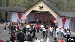 Pemungutan suara di Wisma Indonesia di Washington DC juga diramaikan dengan bazaar yang menjual makanan dan minuman khas Indonesia serta panggung gembira, Washington DC, 13 April 2019. (Foto: VOA)