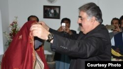 وزیر اعلی بلوچستان نواب ثنا اللہ زہری کالعدم بلوچ تنظیم کے ایک راہنما کی اہلیہ کو بلوچی روایت کے مطابق سر پر چادر رکھ کر احترام سے رہا کر رہے ہیں۔