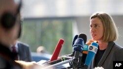 Kepala Kebijakan Luar Negeri Uni Eropa Federica Mogherini memberikan keterangan kepada media di Luxembourg, Senin (3/4).