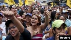 Simpatizantes de la oposición durante un mitin de campaña de la Mesa de la Unidad en Caracas.
