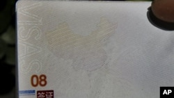 Trang hộ chiếu mới của Trung Quốc có in hình bản đồ Biển Nam Trung Hoa nơi đang có nhiều tranh chấp chồng chéo nhau, 23/11/ 2012