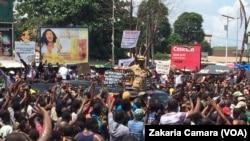 Des manifestants devant le stade du 28 septembre de Conakry Guinée, 2 août 2017. (VOA/Zakaria Camara)