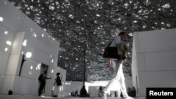 Para pengunjung tampak menikmati Musium Louvre Abu Dhabi di Abu Dhabi, Uni Emirat Arab, 6 November 2017.