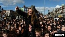 Des manifestants demandant la libéralisation des lois sur l'avortement à Dublin en Irlande, le 8 mars 2017.